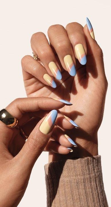 Hand met gekleurde nagels