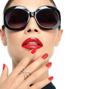 Vrouw met zonnebril die hand aan gezicht raakt