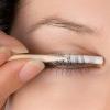 Close-Up van vrouwelijk oog waarbij lashlifting gebeurt