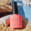 Potje roze CND Shellac aan het strand