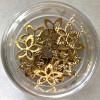 Kommetje met goudkleurige juwelen