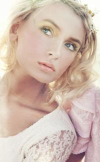 L&G Color Gels, Jonge vrouw in wit kleed