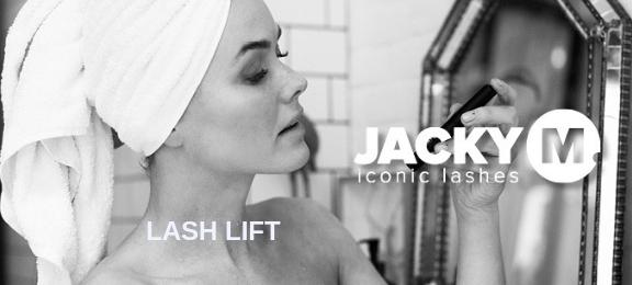Jacky M Lash Lift, vrouw met handdoek rond het haar