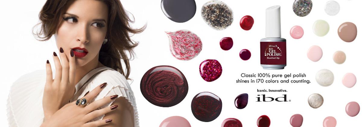 Aan de linkerkant een vrouw in een wit kleed, rechts een flesje nagellak omringd door puddles nagellak van verschillende kleuren